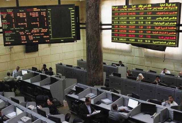أداء متباين لمؤشرات البورصة المصرية بضغط مبيعات محلية وعربية في منتصف جلسة الأحد