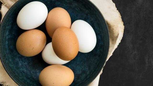 طبق البيض الأبيض يسجل 48 جنيه والأحمر عند 50 جنيهًا اليوم للمستهلك