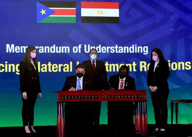 أثناء توقيع الاتفاقية