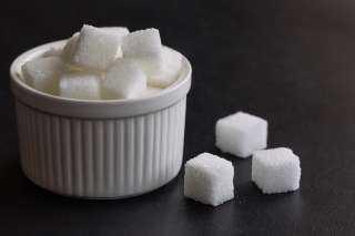 عقود السكر الأبيض الآجلة تغلق متراجعة الجمعة بنحو 2% في بورصة لندن